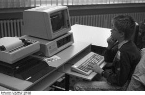 Jugend-Computerschule mit IBM-PC. Photo: Engelbert Reineke, courtesy Commons:Bundesarchiv